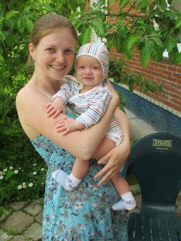 Вот так обнимаем любимую маму :)